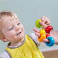 Kleinkind spielt mit Steckspiel